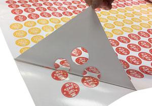 Плоттерная резка наклеек, резка наклеек плоттером, заказать резку наклеек, печать и резка наклеек плоттером, плоттерная резка.