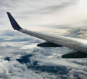 Flugzeugflügel über Wolken