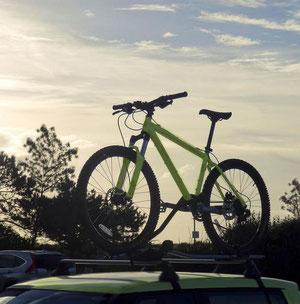 Fahrrad auf einem Autodach