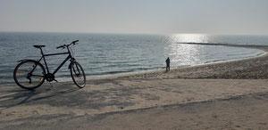 Fahrrad an einsamen Strand