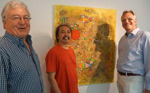 """Die Galeristen und der Künstler Daniel Kho (Mitte) vor seinem Werk """"Whither"""""""