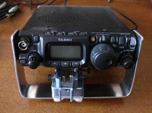FT-817 con supporto metallico per Tasto CW ( de IW2MXE)