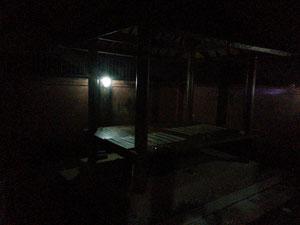 朝6時前、まだ真っ暗のプールサイド