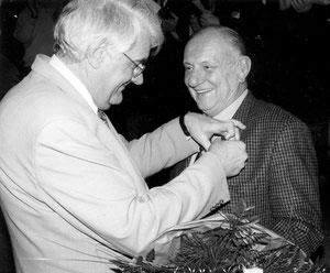 Dieter Hackmann zeichnet Dr. Heinz Dickel für sein künstlerisches Engagement aus!