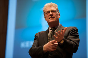 Door Sebastiaan ter Burg - Flickr: Sir Ken Robinson @ The Creative Company Conference, CC BY-SA 2.0, https://commons.wikimedia.org/w/index.php?curid=14534304