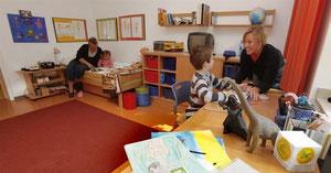 Hell, modern und kindgerecht sind die Zimmer im Kastanienhof eingerichtet. Ulla Binnewirtz (l.) und Katrin Glaß arbeiten hier als Erzieherinnen.