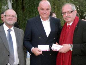 """Fritz Weinauer und Karl J. Mayerhofer überreichten Wolfgang Böck den beliebten Kleber """"Ich bin gerne dabei!"""""""