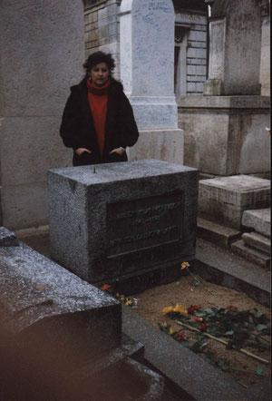 Jim Morrison 1943-1971 - Chanteur et auteur compositeur du groupe rock The Doors; c'est l'une des tombes les plus visitées de ce cimetière.