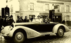"""Au départ du Rallye Paris-St Raphaël devant le restaurant """"Au Centre d'Aviation"""" à Orly, le 21 février 1932"""