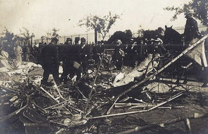 Les restes du dirigeable sur le bord de la nationale, face aux grilles du château d'Avrilly.