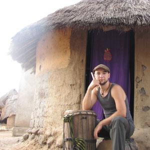 Lukas Zimmerli, Trommellehrer bei TAXI BROUSSE, in Babila (Guiniea - Westafrika)