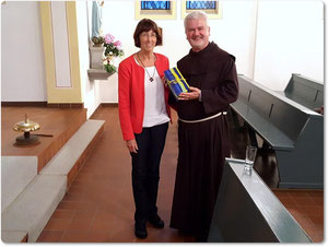 P. Christoph bekam am Ende seines Vortrages ein Geschenk von Eva-Maria Müller überreicht