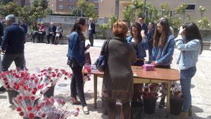 Jóvenes vendiendo claveles durante la misa de 1