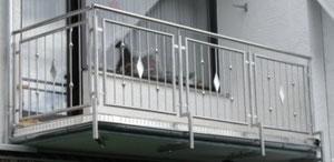 Edelstahl Außengeländer - Befestigung von unten an dem Balkon - Geländerfüllung mit Zierstäben