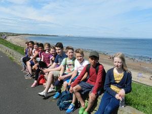 KKS Grundschüler mit Freunden, Strandpromenade Whitley Bay