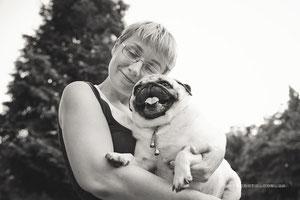На фото: Елена Михайленко со своей мопсюшкой