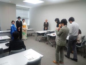 音楽担当の観光大使白井氏と主役2人を撮影する記者クラブの方々