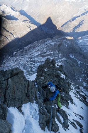 Der Schatten vom Matterhorn im Hintergrund