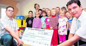 Große Kinderaugen: Andreas Bodenlos (l.) übergibt Bürgermeister Henry Graichen den symbolischen 500-Euro-Scheck. Das Geld ist willkommen, es werden neue Sportgeräte angeschafft.Foto: Roger Dietze