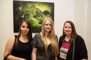 Maria Pallanich (Laudatorin), Katharina Pallanich (Künstlerin), Evelyne Pallanich (Mutter der Künstlerin)