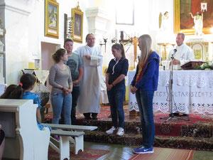Deutsche Jugendliche gestalten den Gottesdienst in Toplita mit