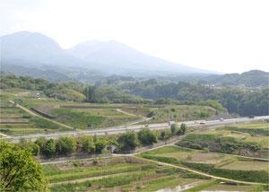 浅間山をバックに走る上信越自動車道