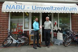 Cuxkiters-Vorsitzender Sebastian Schlagmann ist 30 000. Besucher im NABU-Umweltzentrum