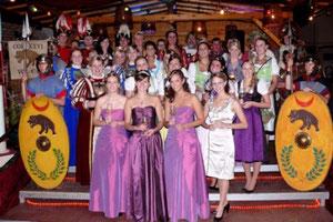 Die strahlenden Weinmajestäten Leonie Kossmann, Anja Krupp, Eva Meffert