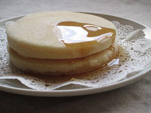 米粉パンケーキ(きなこ)にメープルシロップをかけました。
