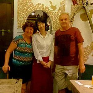 写真:お客様と三人で記念撮影。