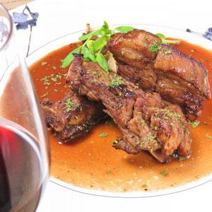 一昼夜特製のソースに漬け込んだ国産のスペアリブは軟らかくてジューシー。お肉の旨みたっぷりです。
