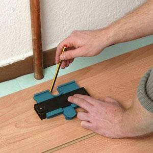 Gebruik een profielaftaster bij laminaat zelf leggen om leidingen uit te kunnen zagen.