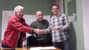 Notre champion reçoit une médaille de la part de Mr Fonticelli !