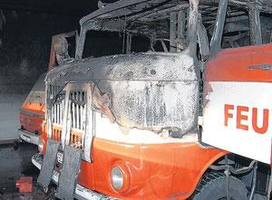 Zwei Sauerstoffflaschen eines Atemschutzgerätes explodierten durch die Hitze im Tanklöschfahrzeug und durchschlugen die Fahrzeugkarosse. Der Gesamtschaden an der Feuerwehrtechnik und am Gerätehaus bel