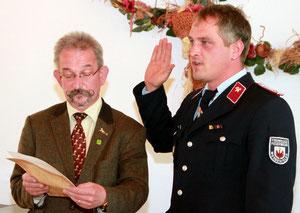 Bürgermeister Eike Trumpf (l.) überreichte nach dem gesprochenen Eid die Ernennungsurkunde zum stellvertretenden Verbandsgemeindewehrleiter für Ausbildung an Micheal Nix.