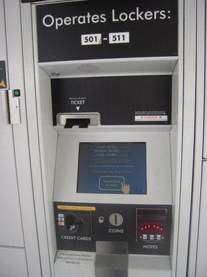 問題のコインロッカー。パネルの左上にチケットの取出口が見える。