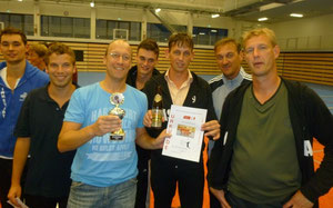 Matin Pöhls präsentiert den Pokal für Platz 3 in Vilsbiburg