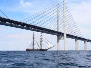 Das Schiff unter der Brücke