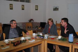 Gespräche am Rande der Abschlussfeier mit Bürgermeister Häusle und den Ortsvereinsvorsitzenden