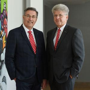 Richard Fank (r.), Vorstandsvorsitzender der Kreissparkasse Augsburg, und sein Stellvertreter Horst Schönfeld. Bildrechte: Kreissparkasse Augsburg