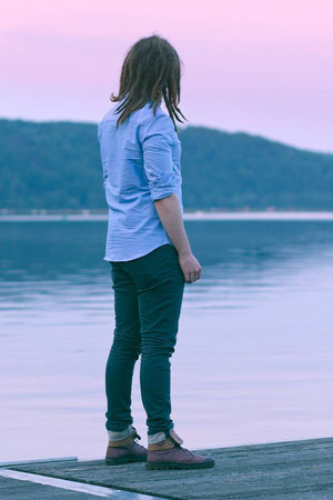 Selbstportrait von Tobias Gawrisch am Kemnader See mit Dreadlocks während des Sonnenuntergangs