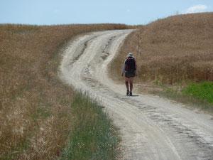 Agnès sur un chemin de Toscane