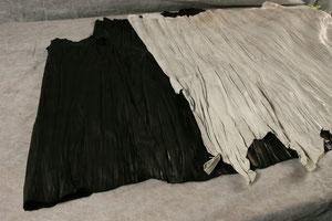手作業で木枠に織り込み、その後高圧プレス処理した革です。