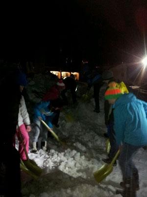 Jugendbergretter beim üben des V-förmigen Schneeförderbandes. Foto: Florian Muxel