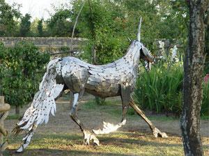La licorne traverse le Jardin du château médiéval de Tennessus