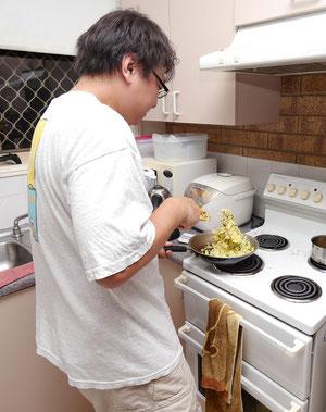 炒飯が踊ってる。手際よくなんでも作ってくれるクマさん=タカさん。