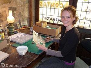 Rose Desmaisons émailleuse sur lave dans son atelier à Antignac dans le Cantal