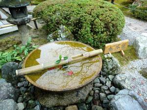 水琴屈の透明で澄んだ音、、、竹筒に耳をあて聞くことができました!  去年、京都にて