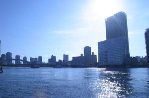 築地の隅田川河岸から勝鬨・月島をのぞむ
