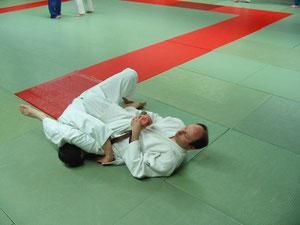 Wenn im Stand keine ausreichende Wertung durch eine Wurftechnik erzielt wird, um den Kampf vorzeitig zu beenden, wird am Boden bis zur Aufgabe eines Gegners weitergekämpft.